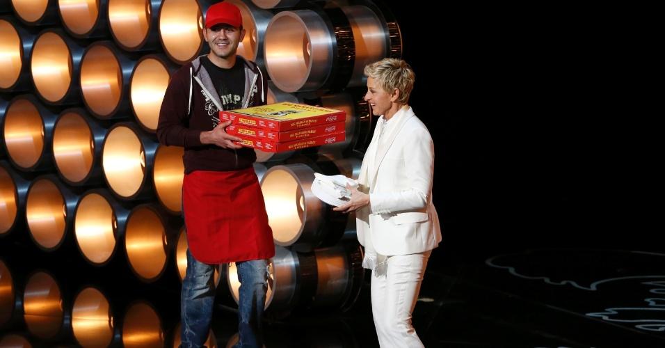 Apresentadora Ellen DeGeneres recebe pizzas durante Oscar 2014