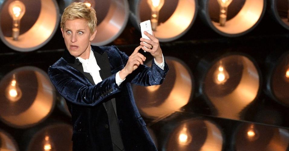 Ellen DeGeneres faz selfie durante oscar 2014