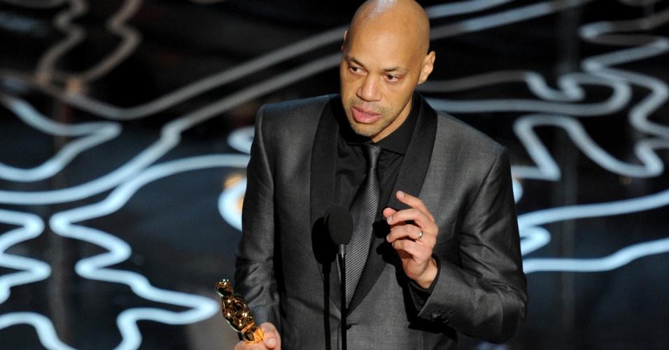 """John Ridley recebe o Oscar de Melhor Roteiro Adaptado por """"12 Anos de Solidão"""""""