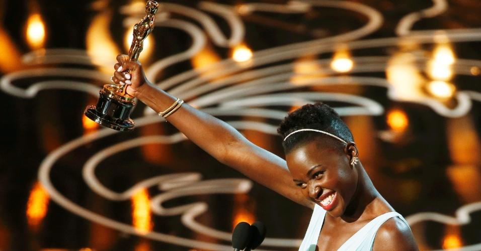 """Lupita Nyong'o recebe Oscar de Melhor Atriz Coadjuvante por """"12 Anos de Escravidão"""""""