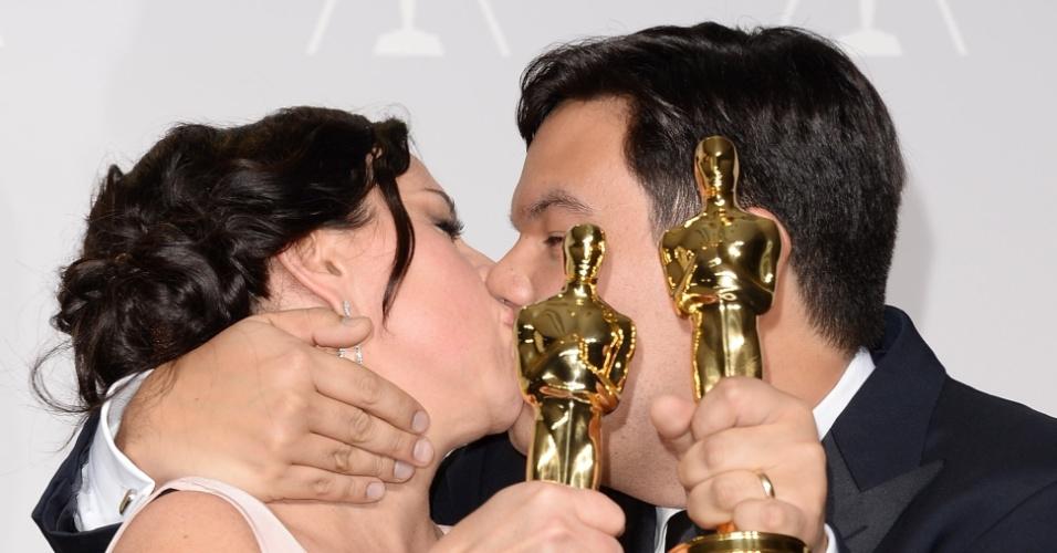 O beijo de Kristen Anderson-Lopez e Robert Lopez Oscar 2014