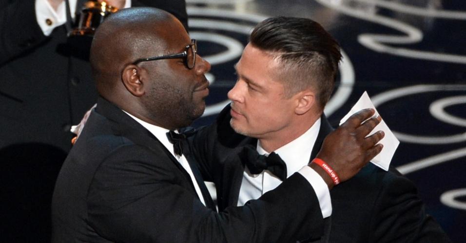 """Steve McQueen (esq.) e o Brad Pitt celebram Oscar de Melhor Filme """"12 Anos de Escravidão"""""""