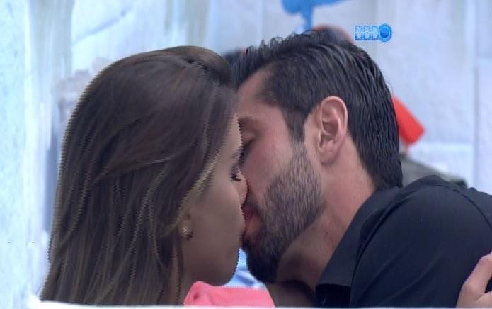 04.mar.2014 - Angela e Marcelo trocam beijos e carícias minutos antes do paredão