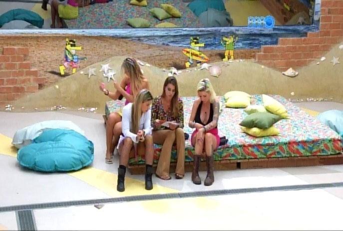 04.mar.2014 - Após indicação ao paredão, Clara e Vanessa se arrependem e pedem desculpas a Angela