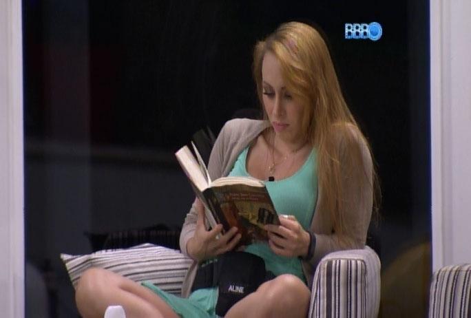04.mar.2014 - Na varanda, em conversa com Franciele, Aline volta a atacar Marcelo: