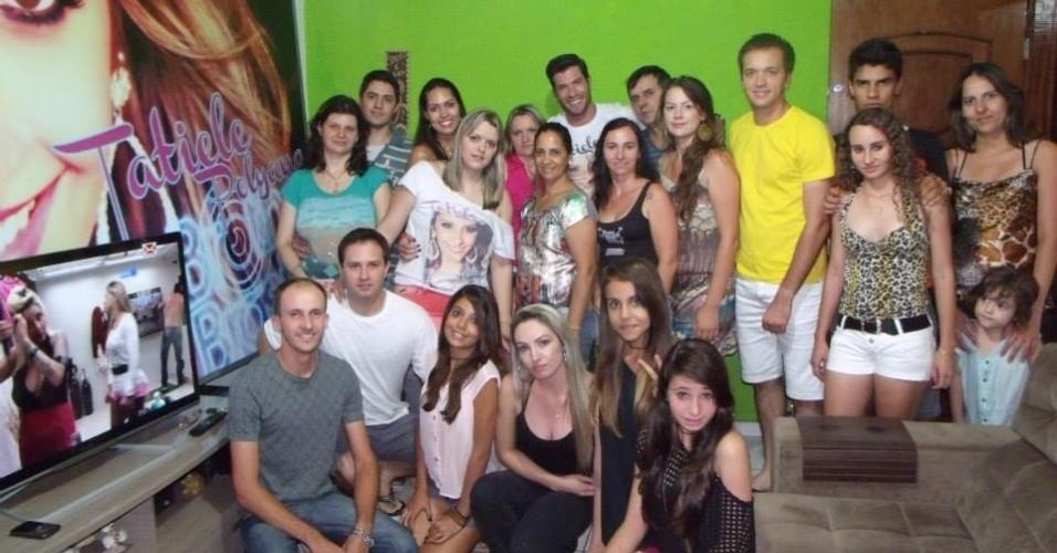 04.mar.2014 - Roni conhece a família de Tatiele