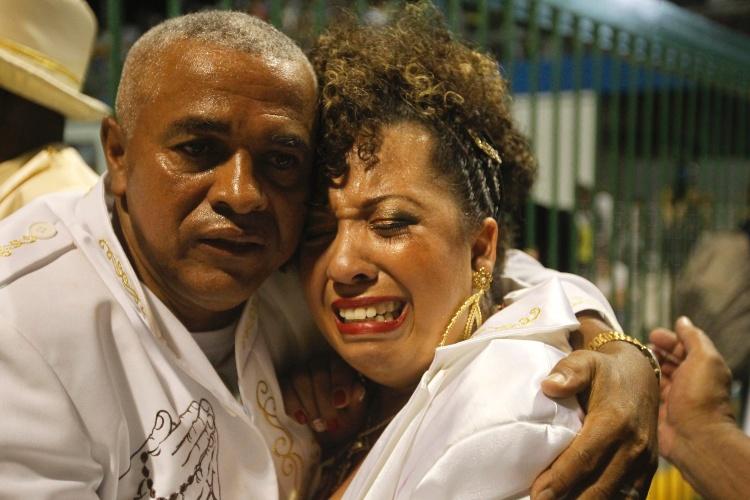 2.mar.2014 - Integrantes da Mocidade Alegre se emocionam no fim do desfile