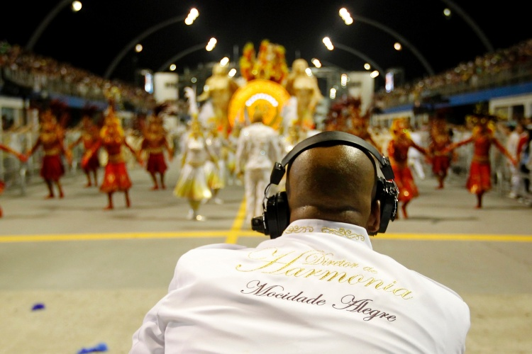 2.mar.2014 - Diretor de harmonia da Mocidade Alegre observa o desfile