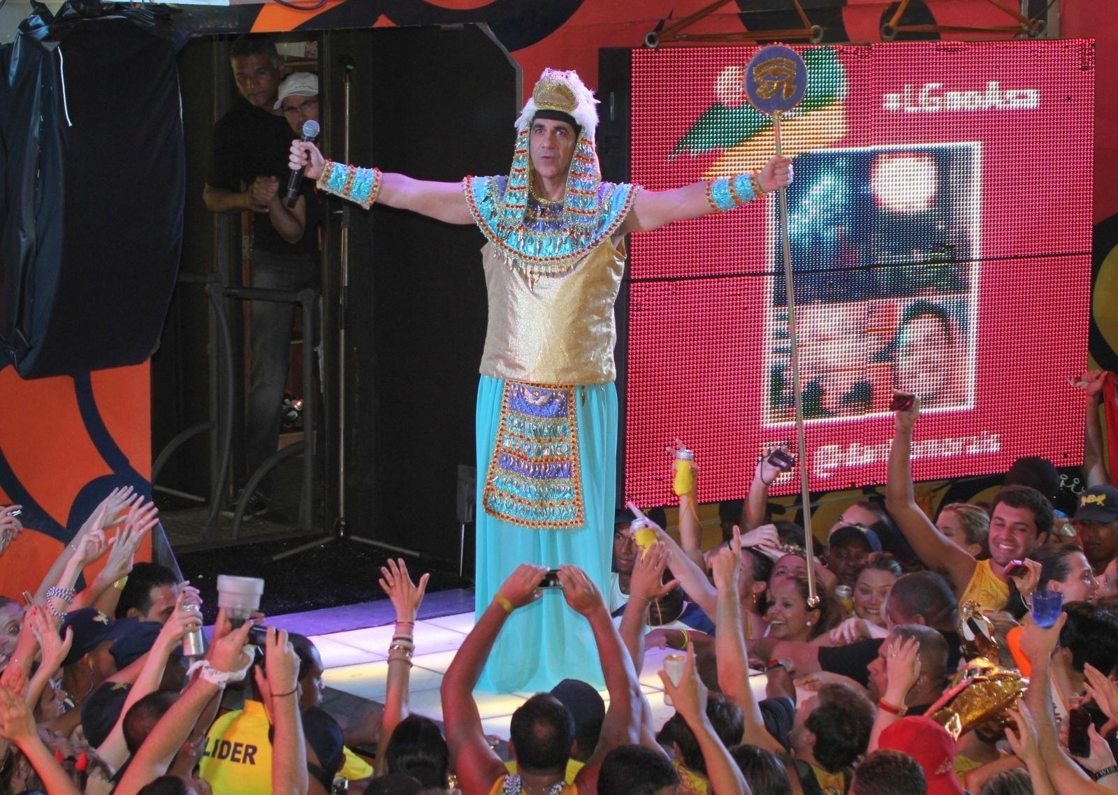 3.mar.2014 - Durval Lélys recebe a cantora Paula Fernandes e também se fantasia de faraó no trio do Asa de Águia
