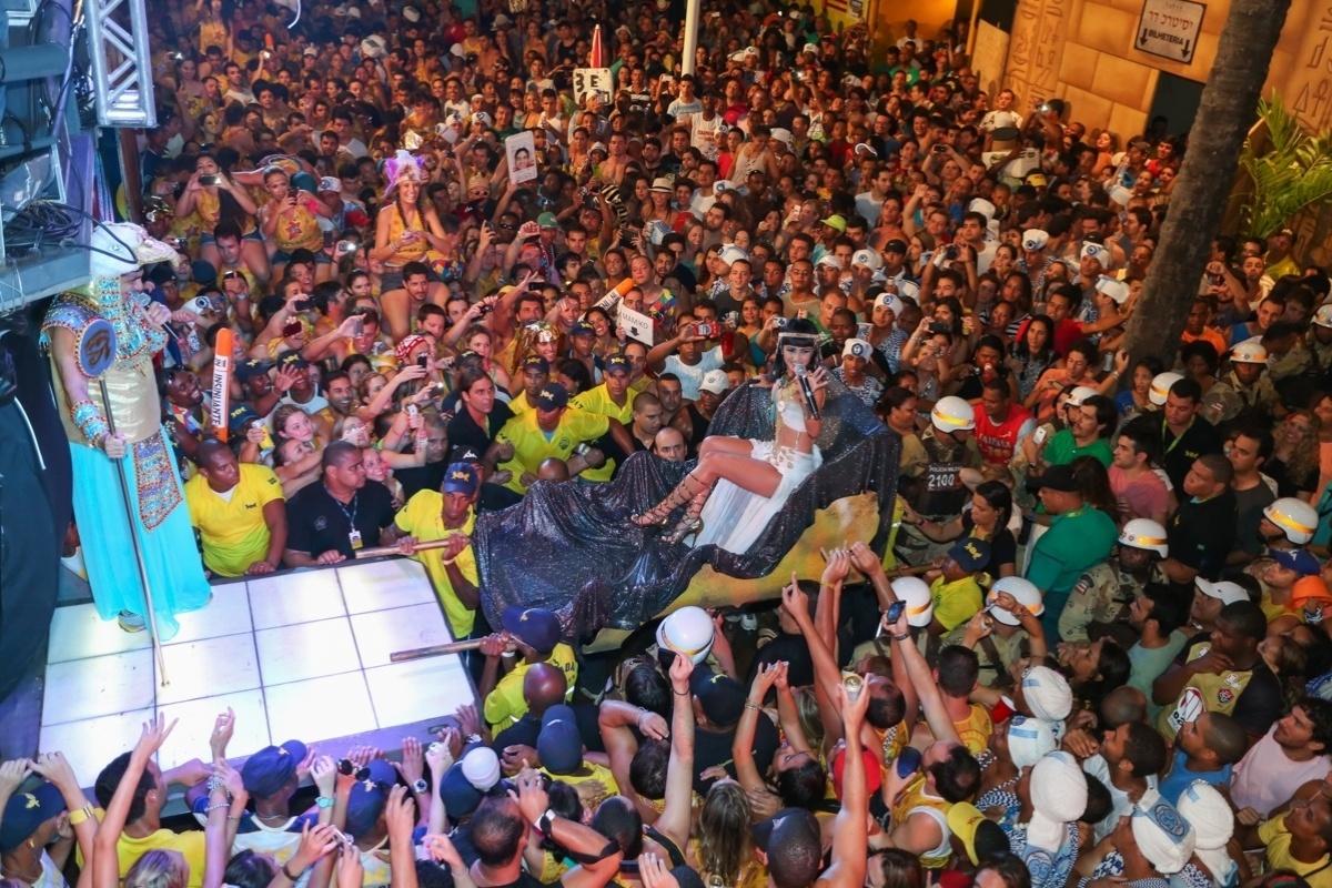 3.mar.2014 - Vestida de Cleópatra, Paula Fernandes chega ao trio do Asa de Águia no circuito Dodô (Barra) em um trono, carregada por seguranças