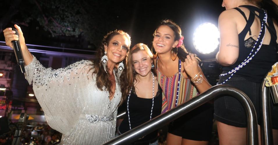 4.mar.2-14 - Ivete Sangalo recebe Bruna Marquezine e Alice Wegmann em seu trio elétrico, em Salvador