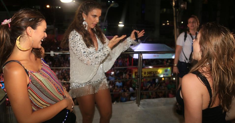 """4.mar.2-14 - Ivete Sangalo recebe Bruna Marquezine em seu trio elétrico, em Salvador. A atriz de """"Em Família"""" dança o """"Lepo Lepo"""", hit deste Carnaval, com Ivete"""