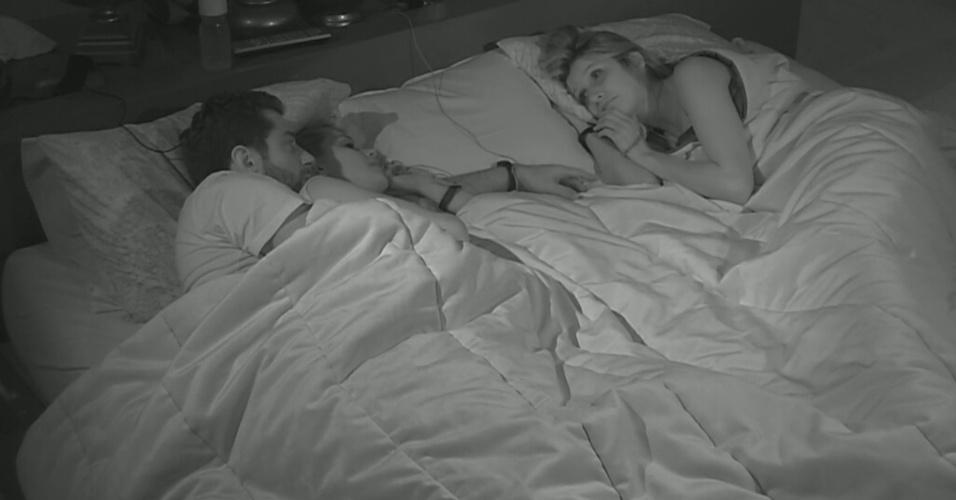 4.mar.2014 - Antes de dormirem, Angela aconselha Tatiele a ter cuidado com Clara