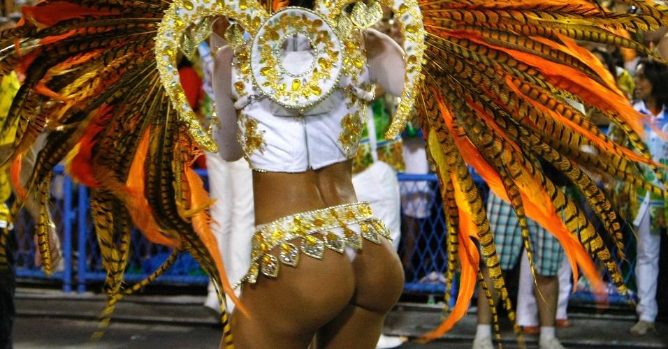 4.mar.2014 - Carla Prata, passista da Vila Isabel, samba com graciosidade na Sapucaí