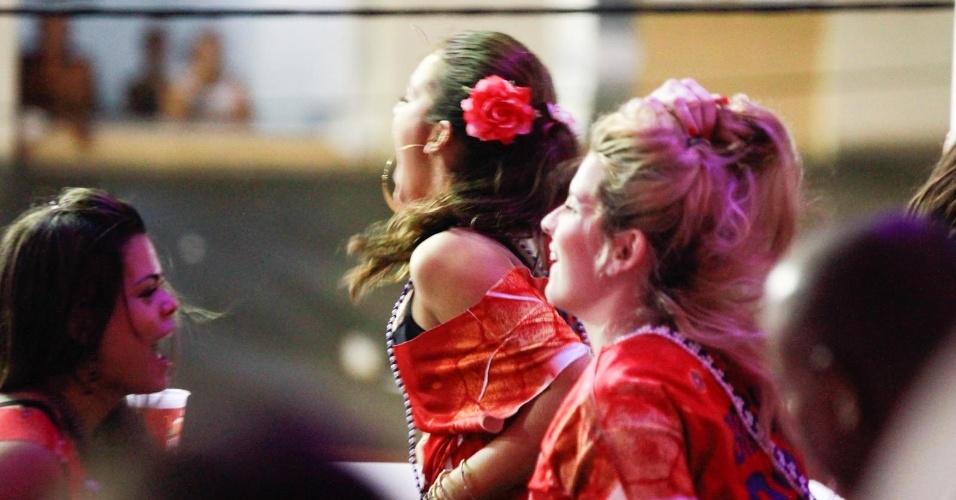 4.mar.2014 - Depois quase mostrar demais, Bruna Marquezine continua a pular o Carnaval
