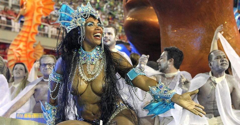 4.mar.2014 - Destaque de carro alegórico canta o samba-enredo da Vila Isabel com alegria e emoção