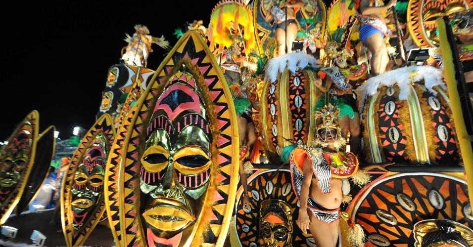 4.mar.2014 - Detalhe de carro alegórico da Vila Isabel. Escola luta pelo bicameponato do Carnaval do Rio de Janeiro