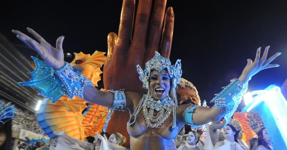 4.mar.2014 - Detaque em carro alegórico canta feliz da vida o enredo da Vila Isabel