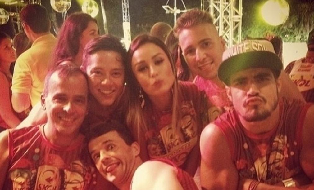 4.mar.2014 - Em outro registro, Letícia voltou a aparecer com Caio Castro. Desta vez, o ator fez careta para a foto.