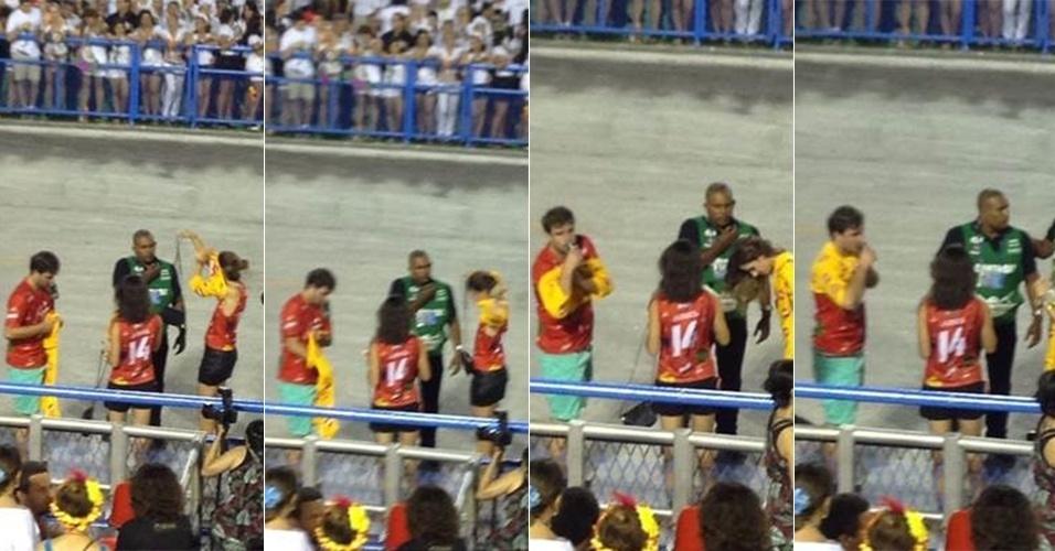 4.mar.2014 - Foliões colocam camiseta da Devassa em cima da camiseta da Brahma para entrar em camarote