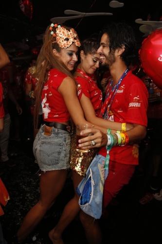4.mar.2014 - Inseparáveis, Thaila Ayala e Sophie Charlotte dançam grudadas com o fotógrafo André Nicolau no camarote Brahma, no Rio de Janeiro
