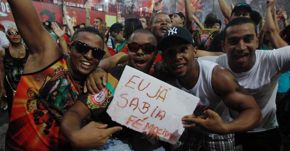 4.mar.2014 - Integrantes da Mocidade Alegre, campeã do Carnaval paulistano, comemoram título na quadra da escola