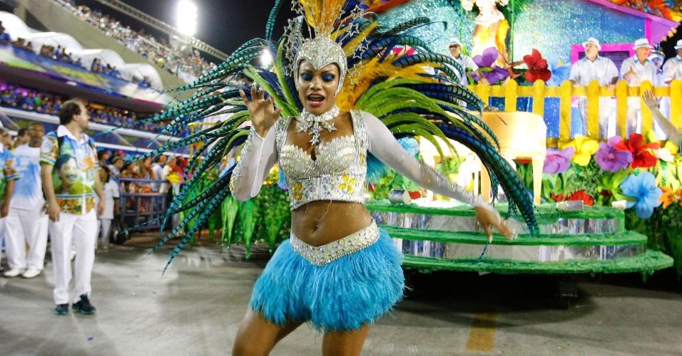 4.mar.2014 - Passista da Vila Isabel dança com charme. Escola busca o bicampeonato do Carnaval carioca com o samba-enredo