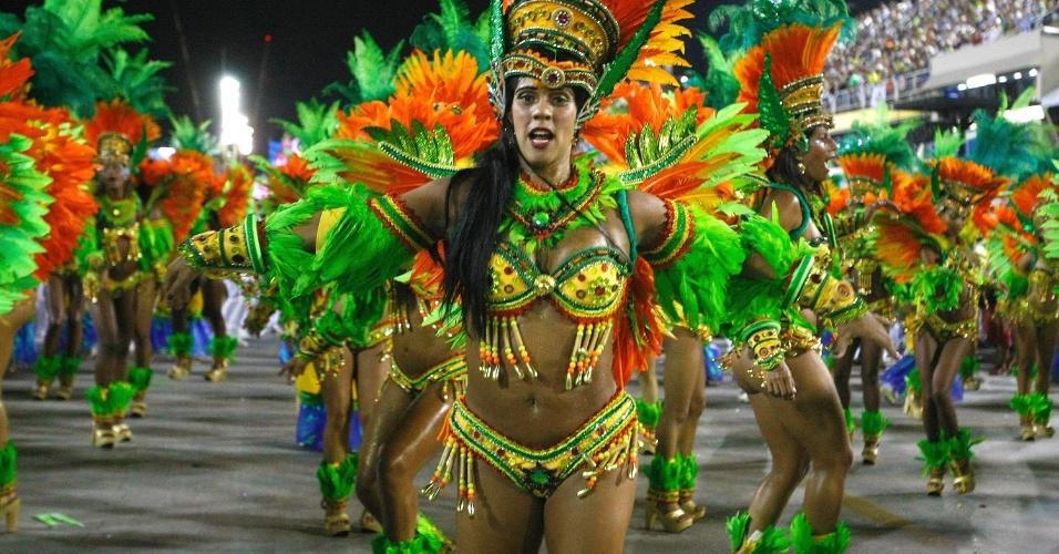 4.mar.2014 - Passistas da Vila Isabel dançam com charme. Escola busca o bicampeonato do Carnaval carioca com o samba-enredo
