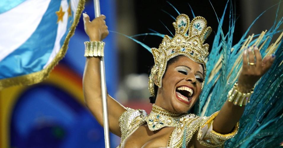 4.mar.2014 - Porta-bandeira da Vila Isabel gira elegantemente pela Sapucaí. Escola luta pelo bicampeonato das escolas de samba do Rio de Janeiro