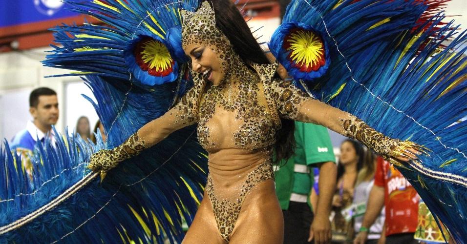 4.mar.2014 - Sabrina Sato, rainha da bateria da Vila Isabel, mostra suas curvas na Sapucaí