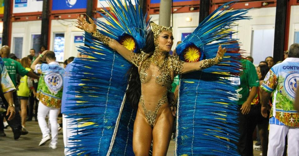 4.mar.2014 - Sabrina Sato, rainha da bateria da Vila Isabel, samba em frente aos seus súditos, os ritmistas regidos pelo mestre Wallan