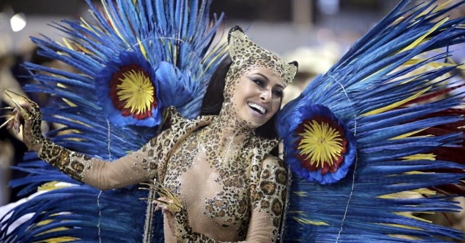 4.mar.2014 - Sabrina Sato, rainha da bateria da Vila Isabel, samba na Sapucaí