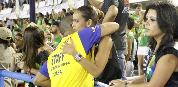 4.mar.2014 - Taís Araújo cumprimenta amigo durante desfile da Leopoldinense, no segundo dia de desfiles do grupo especial do Rio de Janeiro