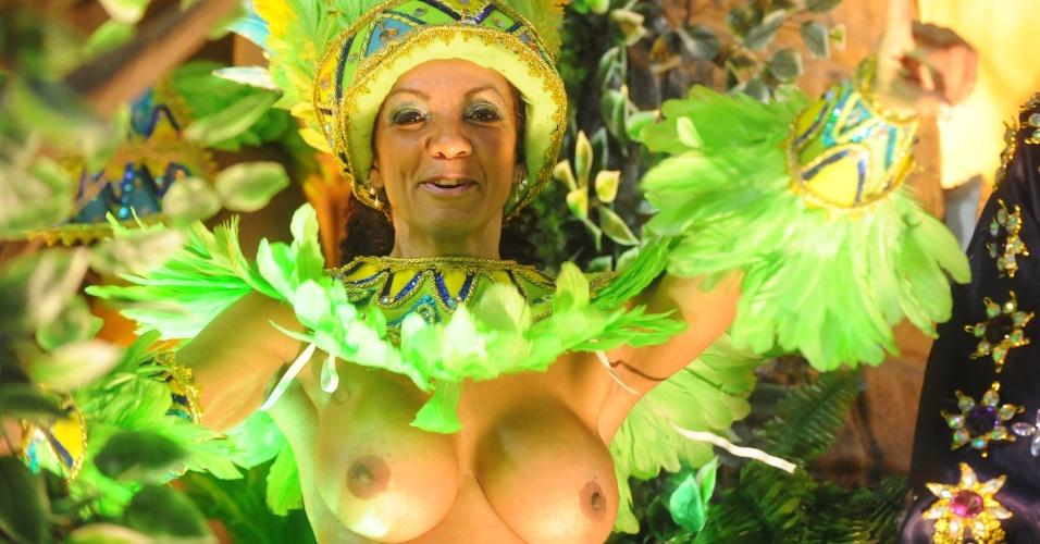 4.mar.2014 - Vila Isabel é uma das escolas que mais usam mulheres sem a parte de cima da fantasia