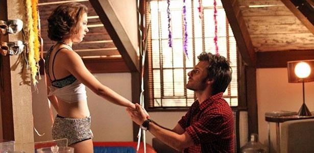 Com Martin de joelhos, Micaela fica espantada com pedido de casamento inesperado