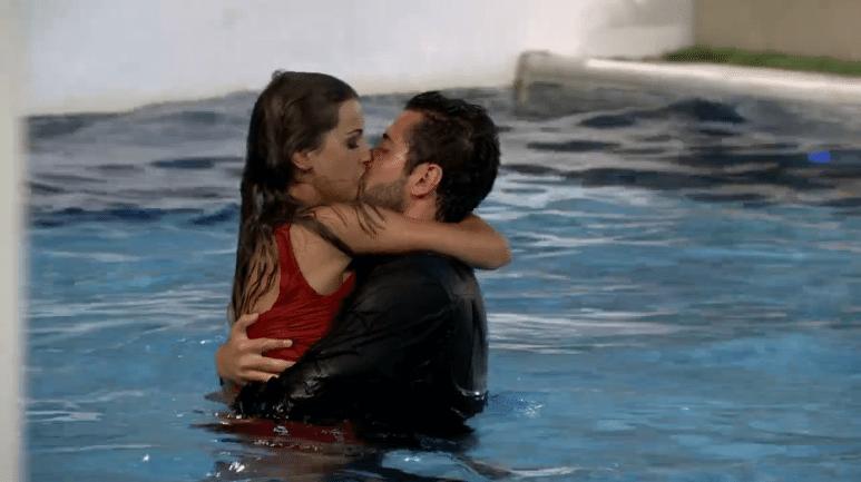 04.mar.2014 - O casal Angela e Marcelo se beijam dentro da piscina em comemoração ao retorno da sister do paredão
