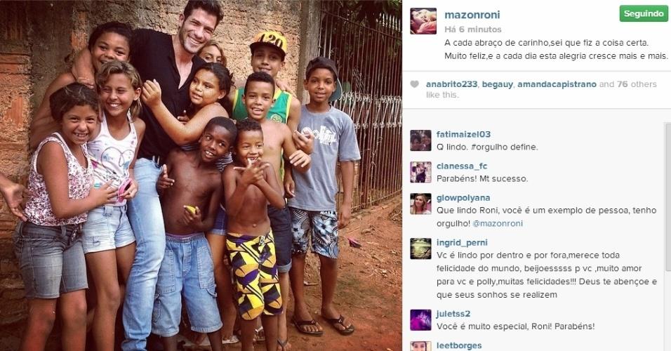 05.mar.2014 - Roni publica foto rodeado de crianças e escreve: