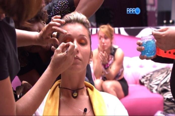 05.mar.2014 - Tatiele recebe a atenção de maquiadores e, aos fundos, na imagem, Aline enxuga as lágrimas