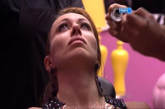 05.mar.2014 - Aline recebe a atenção da equipe de maquiadores na casa do