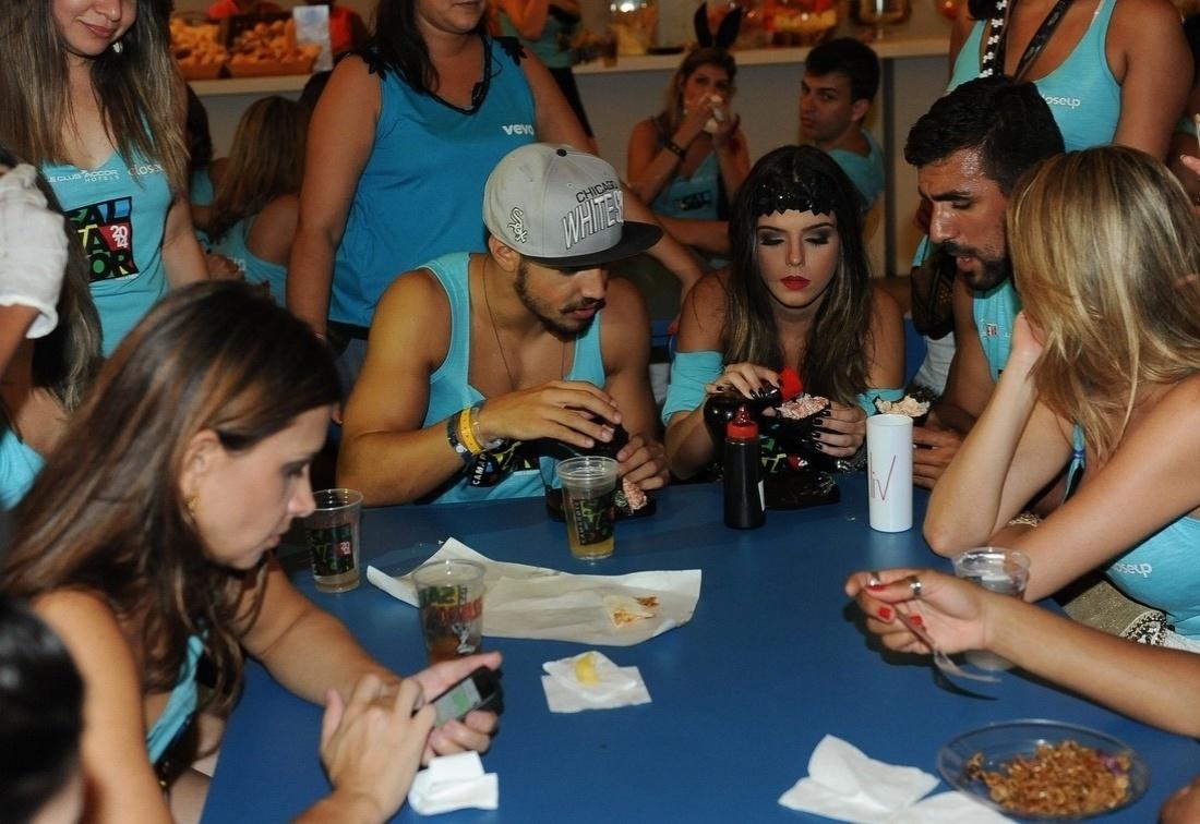 5.mar.2014 - Amigos, os atores Caio Castro e Giovanna Lancellotti comem temaki juntos e conversam em camarote de Salvador