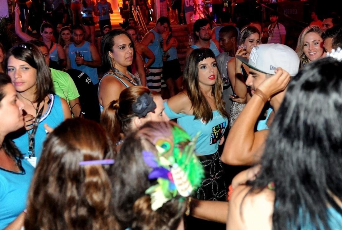 5.mar.2014 - Amigos, os atores Caio Castro e Giovanna Lancellotti se divertem na pista de dança em camarote de Salvador