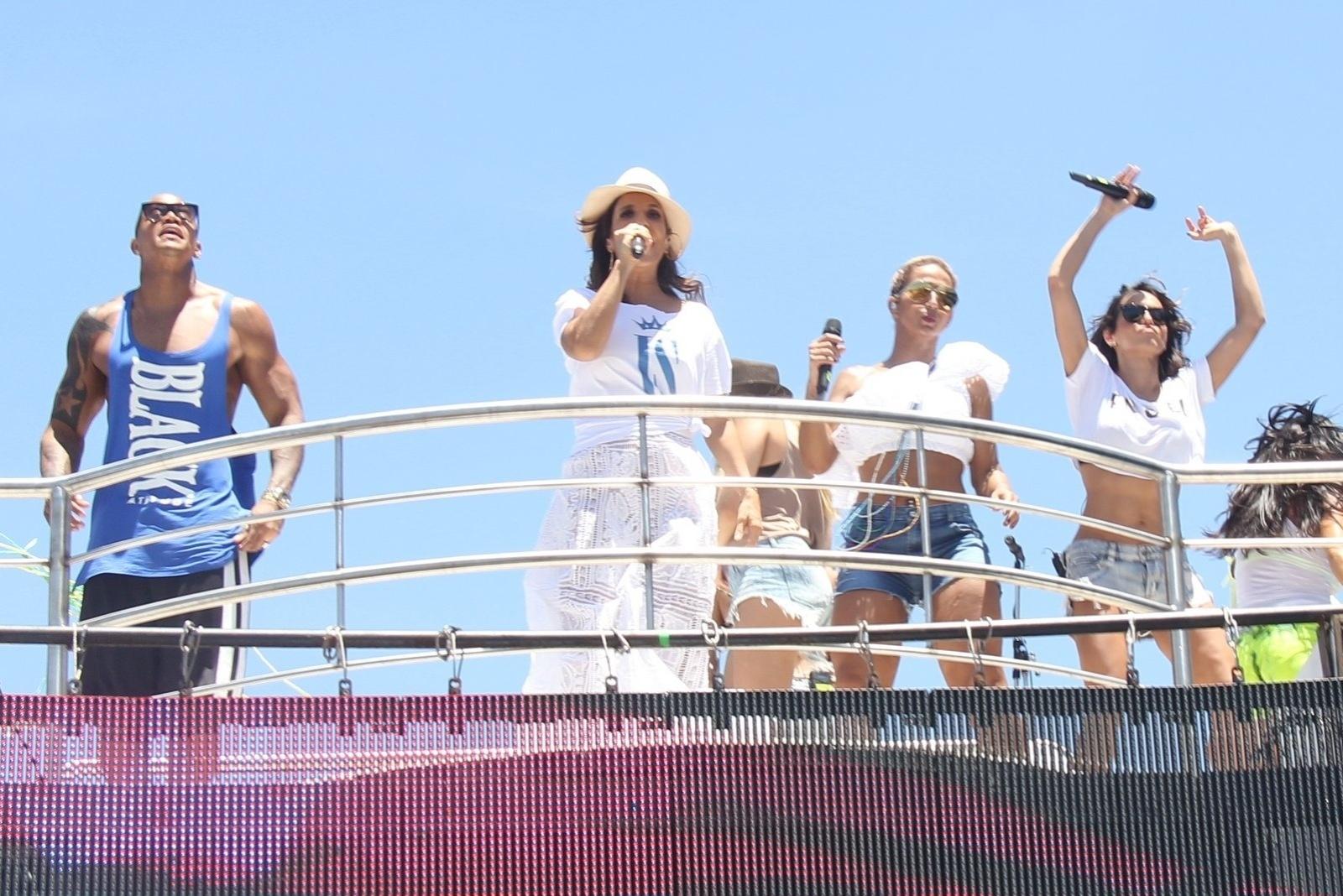 5.mar.2014 - Ivete Sangalo canta com Valesca Popozuda ao comandar o