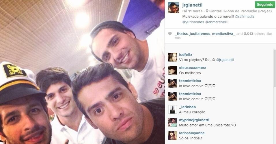 5.mar.2014 - Junior encontrou os ex-BBBs Yuri, Rafinha e André no Projac, onde ficam os estúdios da Globo.