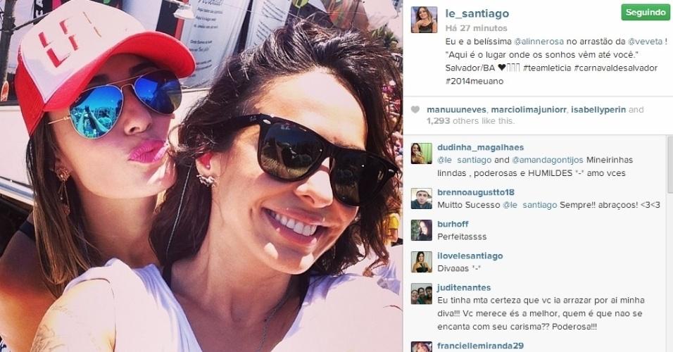 5.mar.2014 - Letícia curte folia de carnaval comandada por Ivete Sangalo em Salvador e posta foto com a cantora Alinne Rosa.