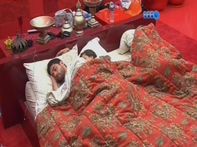 5.mar.2014 - Marcelo e Angela dormem abraçados no quarto da líder Tatiele