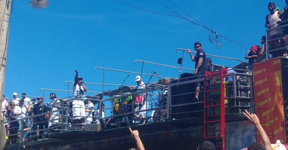 """5.mar.2014 - Psirico encerra o Carnaval de Salvador tocando o sucesso """"Lepo Lepo"""" no """"arrastão"""""""