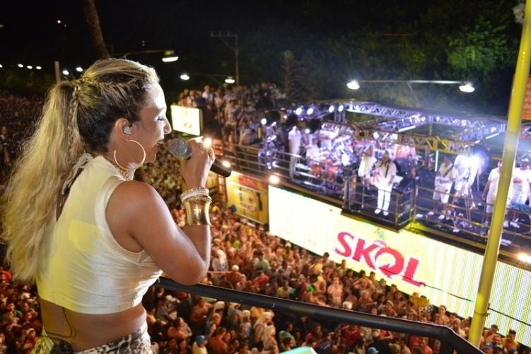 5.mar.2014 - Valesca Popozuda canta para multidão no camarote Skol, em Salvador. Um pouco antes, a cantora havia feito uma participação especial na apresentação de Bell Marques