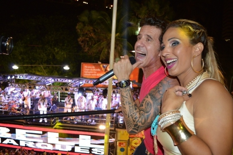 5.mar.2014 - Valesca Popozuda faz show com Tuca Fernandes no camarote Skol, em Salvador. Um pouco antes, a cantora havia feito uma participação especial na apresentação de Bell Marques