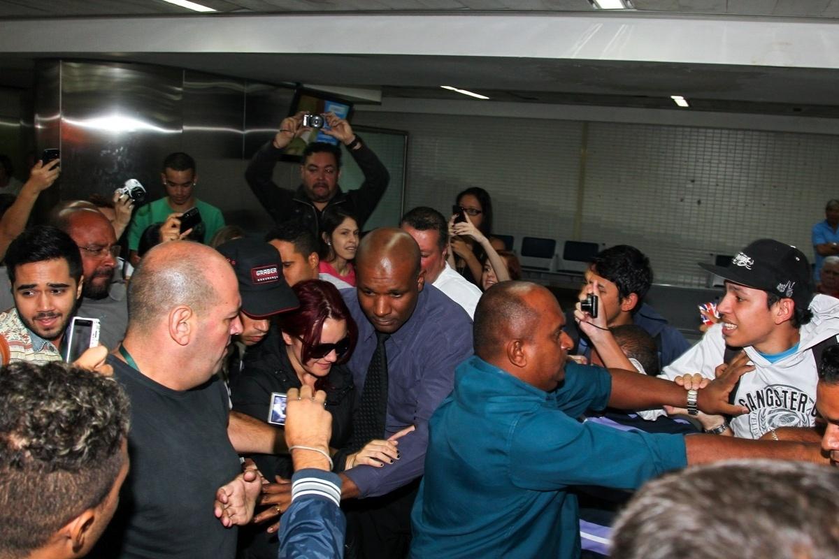 06.mar.2014- Dulce Maríia desembarca no Brasil e fãs brigam no Aeroporto Internacional de Guarulhos, em São Paulo, para se aproximar da cantora. A mexicana irá participar do programa