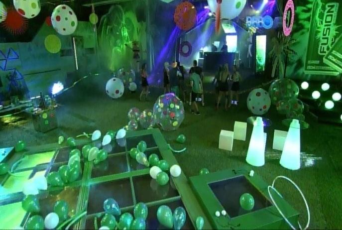 5.mar.2014 - Brothers se divertem ao som da batida eletrônica dos DJs Felguk em Festa Fusion